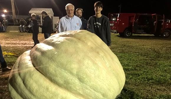 Американец получил приз за самую большую тыкву в истории США. Она весит больше тонны!